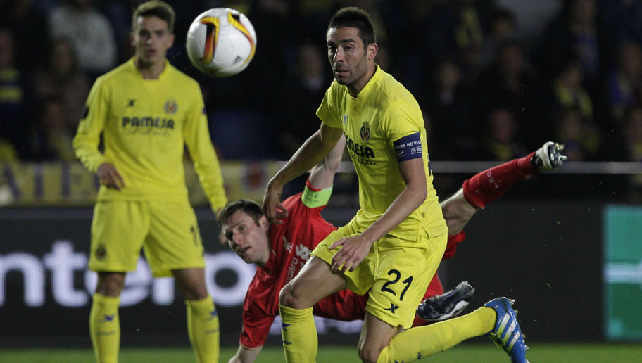 Liverpool's midfielder James Milner (C) vies with Villarreal's midfielder Bruno Soriano (R) during the UEFA Europa League semifinals first leg football match Villarreal CF vs Liverpool FC at El Madrigal stadium in Vila-real on April 28, 2016. / AFP / JOSE JORDAN (Photo credit should read JOSE JORDAN/AFP/Getty Images)