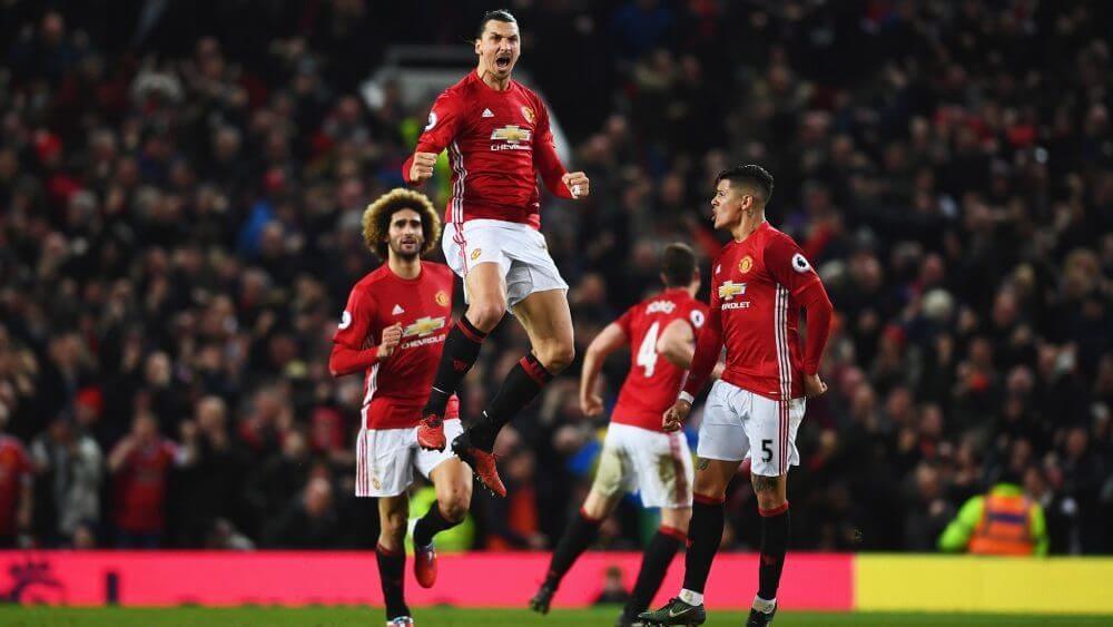 Ibrahimovic saltando to loco tras marcar con el Manchester