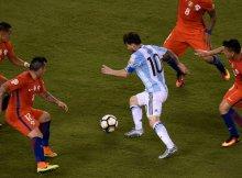 Messi con argentina regateando a cuatro chilenos