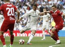 Ronaldo tira a puerta entre dos sevillistas