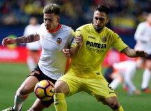 Forcejeo entre los componentes de Villarreal y Valencia