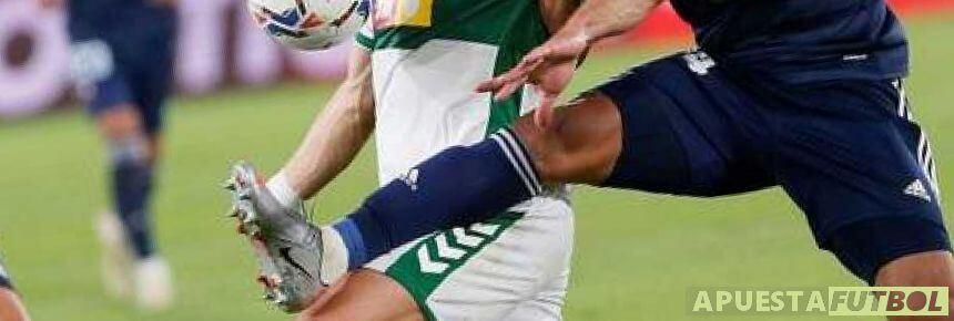 Disputa de balón entre jugadores de Celta y Elche en Liga Santander