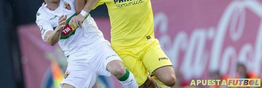 Disputa de balón entre jugadores de Elche y Villarreal