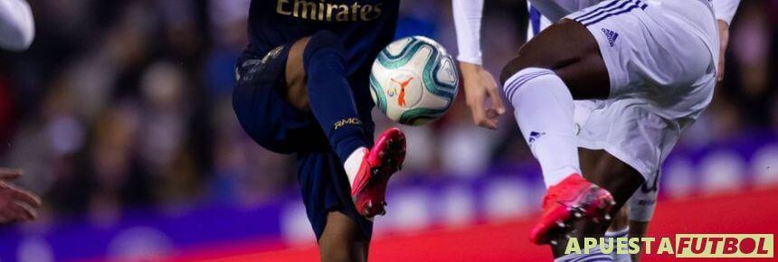 Disputa de balon de dos jugadores de Valladolid y Real Madrid