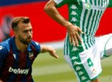 Disputa de balon entre jugadores de Betis y Levante en un partido de la Liga Santander