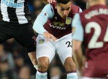 Jugadores de Newcastle y Aston Villa disputan un balón aéreo en un partido de la Premier League