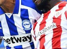 Jugadores de Athletic y Alaves disputan un balón en Liga Santander