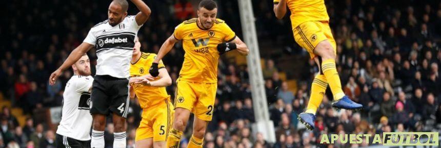 Disputa de balon aéreo de Premier League en un partido entre Fulham y Wolves