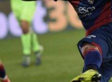 Jugador del Levante con el balón en un partido de la Liga Santander