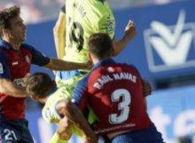 Osasuna y Getafe disputan un balón parado en un partido de la Liga Santander