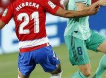 Disputa de balón de jugadores de Real Madrid y Granada en el estadio de Los Cármenes