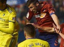 Disputa de balón entre jugadores de Osasuna y Cadiz en Liga Santander