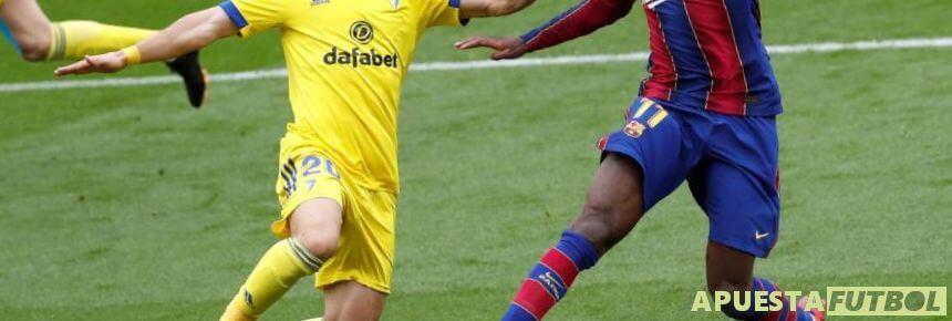 Disputa de balón entre jugadores de Cadiz y FCBarcelona