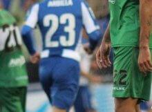 Jugadores de Elche y Espanyol disputan un balón en un partido de la temporada anterior